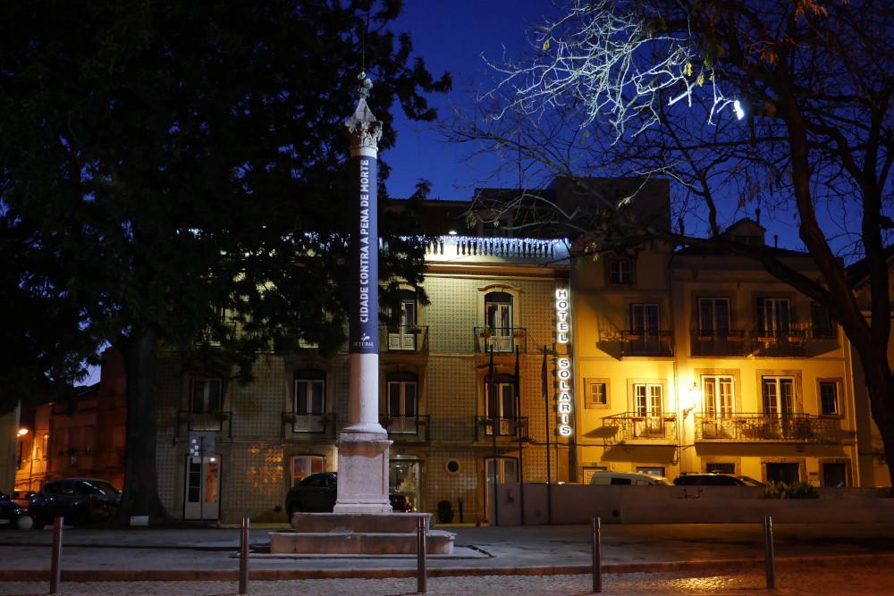 Cidades Contra a Pena de Morte - Iluminação do pelourinho da Praça Marquês de Pombal