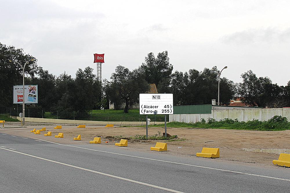 Colocação de obstáculos na EN-10/Urbanização Vale da Rosa