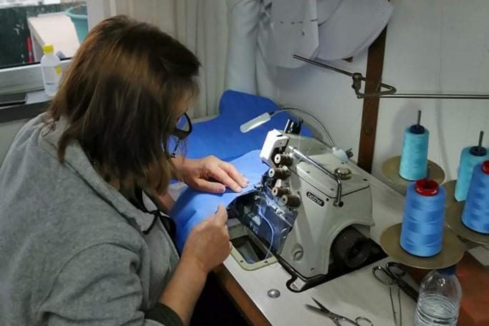 Coronavírus Covid-19 | costureiras produzem máscaras e botas