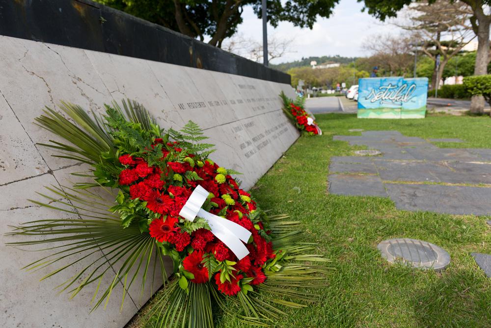 Comemorações dos 46 anos do 25 de Abril | deposição de flores no monumento à resistência antifascista