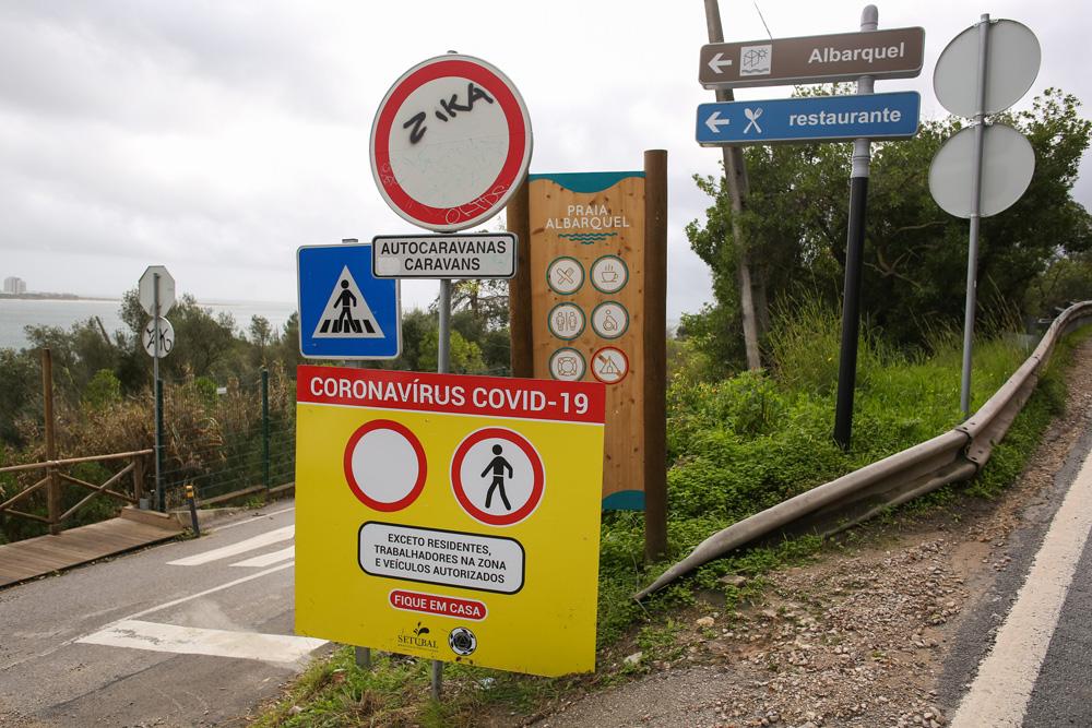 Covid-19 | Placas de proibição no acesso às praias