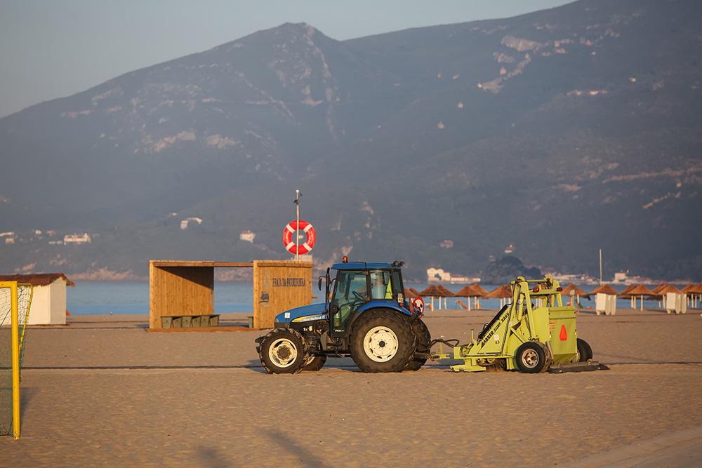 Praia da Figueirinha | limpeza com trator