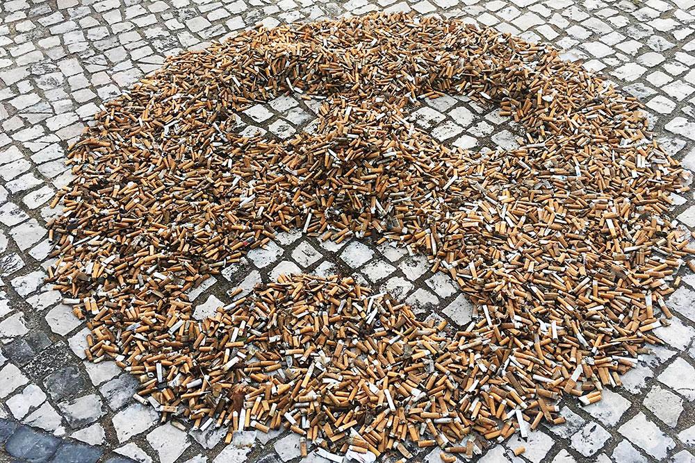 The Plastic Hike - peça criada com beatas - caminhada de limpeza urbana